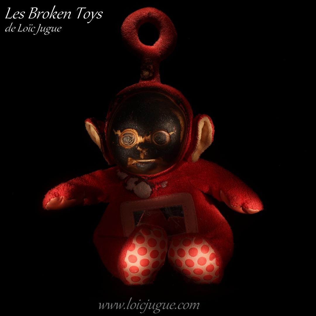 Les broken toys de Loïc Jugue: Poupon rouge