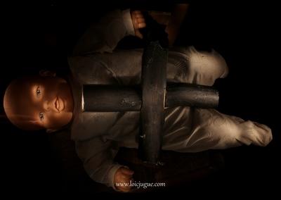 Les broken toys de Loïc Jugue: Poupon à la croix